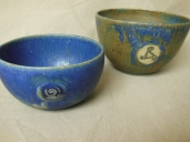 blaues Schälchen mit Spirale, 10x5,5cm, 12 Euro; Schälchen mit Triskele, blau/hell, 12x7,5cm, 13 Euro