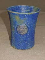 blauer Becher mit Triskele, 10x7,7cm, 12 Euro