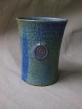 blauer Becher mit kleiner Spirale/Kerben,